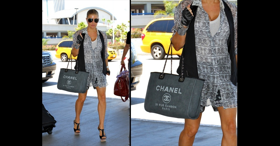 Fergie foi vista com uma bolsa Chanel para o dia a dia. O   modelo se assemelha a uma sacola de compras