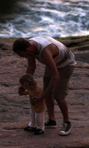Filho de Alanis Morissette em uma praia no Rio de Janeiro (8/9/12)