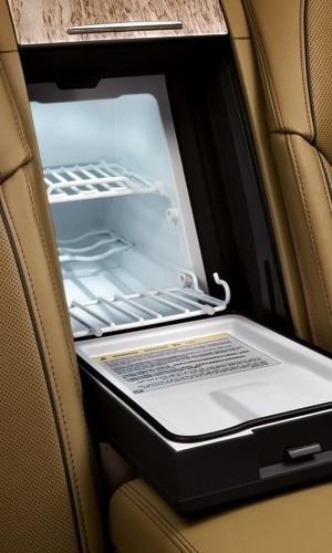 Já que é para gastar, que assim seja: o frigobar (!) do mesmo Audi A8 custa R$ 8.165 -- note que, pelo tamanho, dá pra levar duas latas de refrigerante e uma maçã. Proporcionalmente, deve ser a geladeira mais cara do mundo