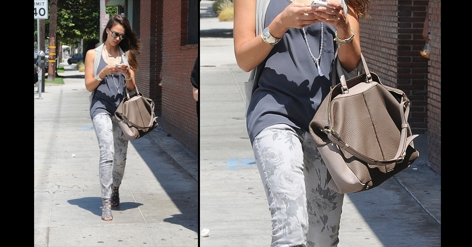 Jessica Alba gosta do modelo clássico de couro da Tod's. A bolsa com recortes em tons de bege é frequentemente vista nos braços da atriz