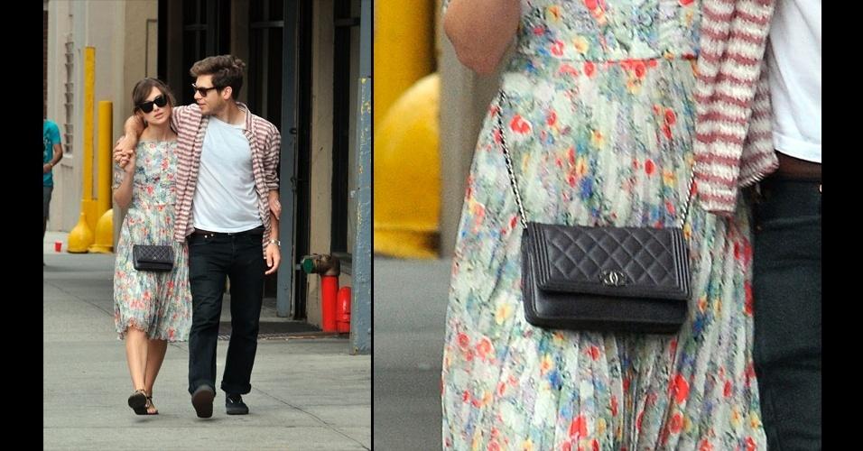 Keira Knightley optou pela clássico modelo de matelassê e alça de corrente da Chanel para combinar com seu vestido romântico floral