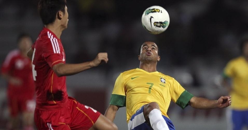 Lucas tenta passar por Yu Yang, jogador da China, durante amistoso em Recife (10/09/2012)