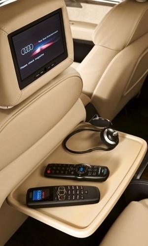 """Mais Audi Q7: o sistema de entretenimento traseiro, composto por duas telas de LCD reprodutoras de DVD e Blue Ray (controladas remotamente) e pelo rádio tocador de MP3 com entradas USB e auxiliar, custa """"somente"""" R$ 38.852,50"""