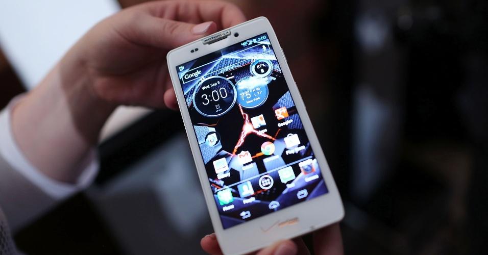 Motorola Razr HD é exibido durante anúncio do smartphone nos Estados Unidos em 5 de setembro. Ele tem tela de alta definição de 4,7 polegadas e conta com bateria de longa duração (2.500 mAh). Segundo a Motorola, é possível passar 10 horas seguidas vendo filmes ou 6 horas seguidas navegando na internet. O aparelho tem processador dual-core Snapdragon com velocidade de 1,5 GHz (cada núcleo), câmera de 8 megapixels e NFC