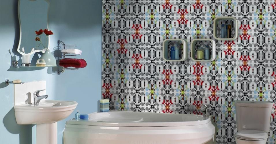 Na parede do banheiro, as arquitetas Daniella e Priscilla de Barros aplicaram o azulejo de cerâmica sobre outro já existente. Para a fixação, as profissionais optaram por argamassa comum para azulejos. Segundo Daniella, em ambientes úmidos como cozinhas e banheiros, é recomendado assentar as peças com junta de até 2 mm.  As peças