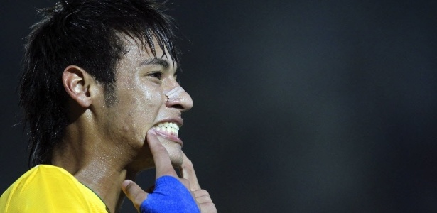 Neymar celebra gol forçando um sorriso no amistoso contra a China