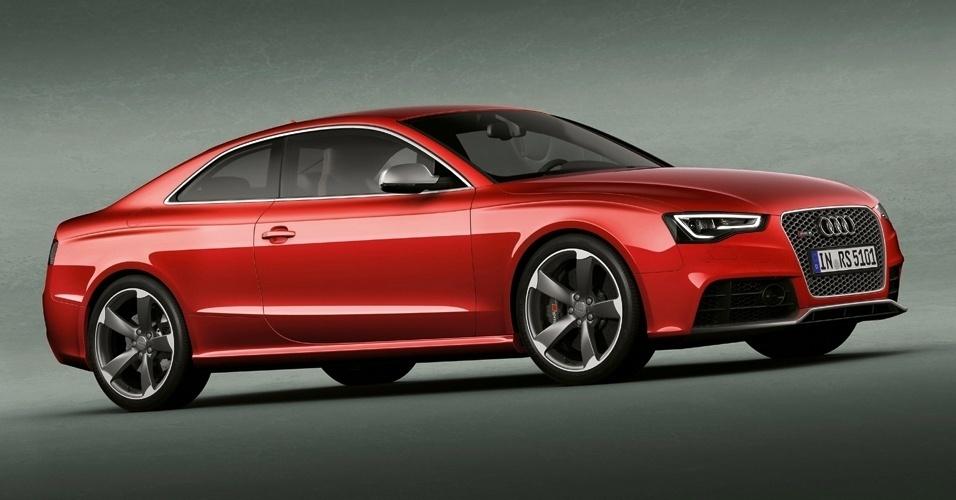 Os dois carpetes que decoram o interior do Audi RS5 (com o nome do carro gravado) são opcionais de concessionária e custam R$ 3.481,05, muito mais do que o tapete de pele de carneiro que você queria em sua casa