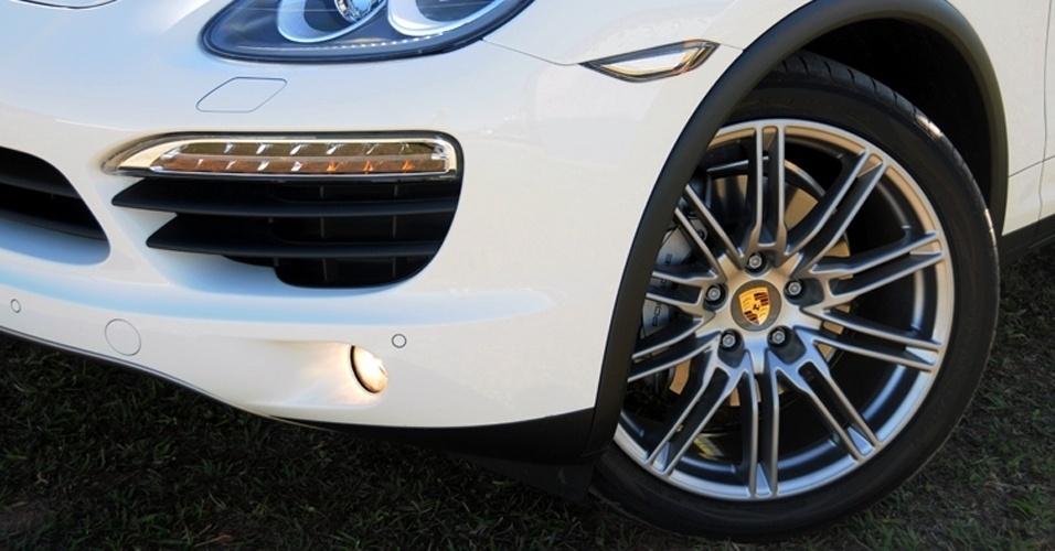 É dono de um Porsche Cayenne e rasgou um pneu? Prepare-se para o estrago: o jogo de pneus Michelin Latitude Sport que equipa o SUV, aro 21 e de medidas 295/35, custa em média R$ 10.396 (R$ 2.599 cada pneu)