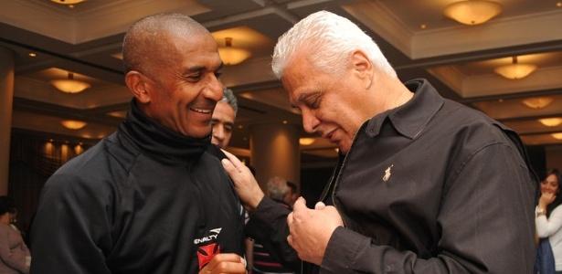 Roberto Dinamite e Cristóvão Borges se encontram durante concentração do Vasco