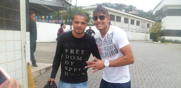 Sósia de Neymar, Márcio de Jesus posa ao lado do volante Adriano no CT Rei Pelé