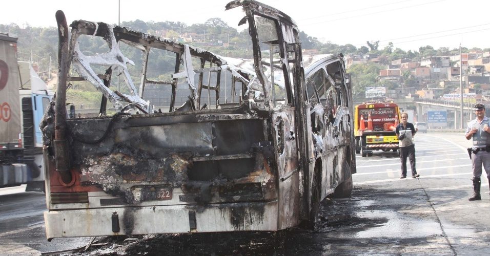 11. set.2012 - Ônibus pega fogo no Rodoanel, perto de Embu (SP), nesta terça-feira (11). O Corpo de Bombeiros foi acionado e controlou as chamas. Não há informações sobre feridos e  causas do incêndio