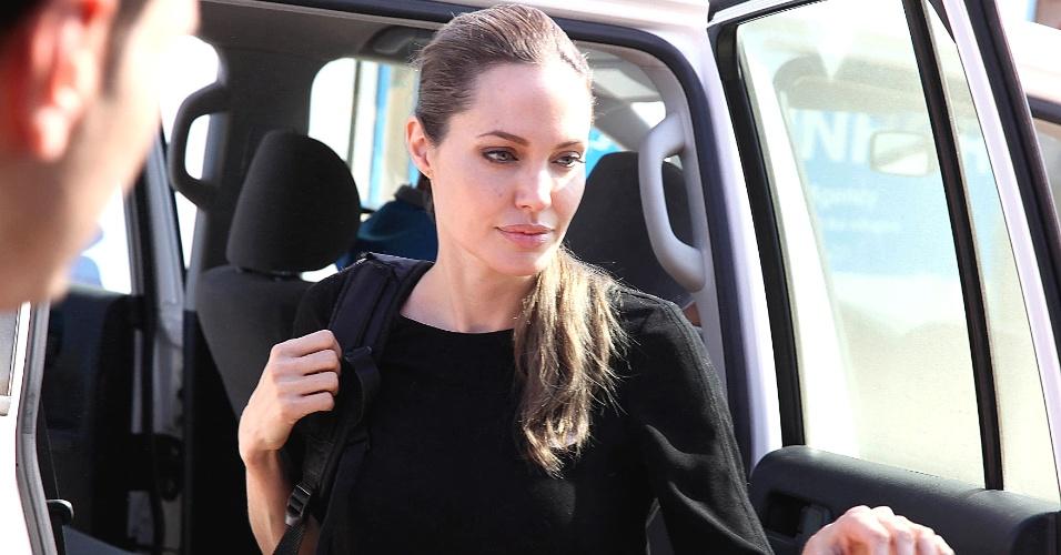 11.set.2012 - A atriz Angelina Jolie visitou ontem à noite (10) refugiados da Síria que conseguiram atravessar a fronteira com a Jordânia, fugindo da guerra em seu país, revelou nesta terça-feira (11) o Escritório do Alto Comissariado das Nações Unidas para os Refugiados