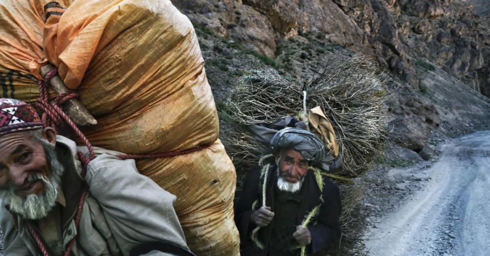 """11.set.2012 - Aldeões carregam grama seca até o vale do Kalu em Bamiyan, no Afeganistão, região que tem grandes depósitos de minério de ferro. Ainda que o país tenha cerca de US$ 1 trilhão em recursos naturais - incluindo petróleo, ouro e cobre - para ser explorado, os afegãos dizem que a """"esperança de autossuficiência é temperada por preocupações sobre a corrupção e a segurança"""""""