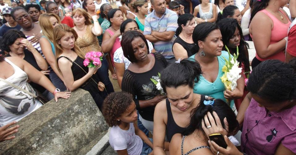 11.set.2012 - Amigos e familiares participam no Cemitério de Olinda, em Nilópolis (RJ), do enterro dos seis jovens que foram mortos por traficantes da favela da Chatuba, no último sábado (8). As vítimas foram assassinadas no parque do Gericinó, em Mesquita, na Baixada Fluminense (RJ)