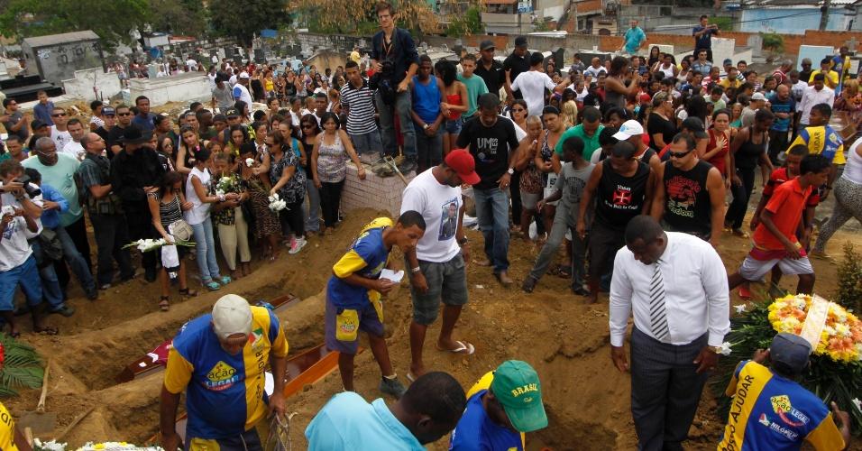 11.set.2012 - Amigos e familiares participam no Cemitério de Olinda, em Nilópolis (RJ), do enterro dos seis jovens que foram mortos por traficantes da favela da Chatuba,  no último sábado (8), no parque do Gericinó, em Mesquita, na Baixada Fluminense (RJ)