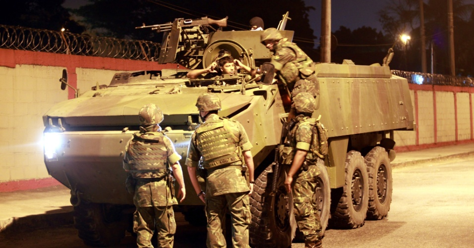 11.set.2012 - Blindados da Marinha, com policiais do Bope (Batalhão de Operações Especiais) e do BPChoque (Batalhão de Choque), deixam o Quartel do Corpo de Bombeiros de Guadalupe, na zona norte do Rio, para invadir a favela da Chatuba, em Mesquita, na Baixada Fluminense