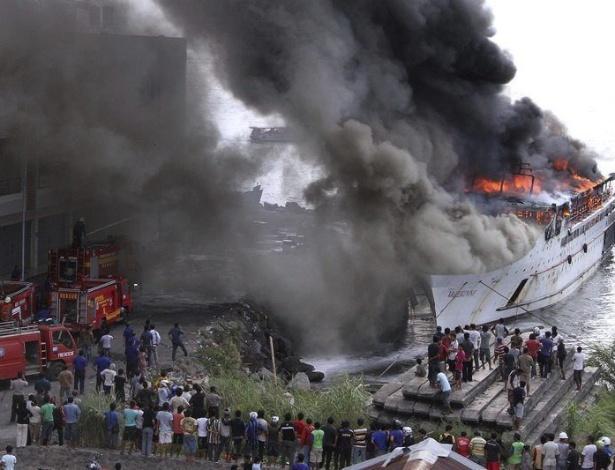 """11.set.2012 - Bombeiros tentam apagar fogo de incêndio nesta terça-feira (11) no navio """"Valerine"""", no porto de Menado, em Sulawsi del Norte, na Indonésia"""