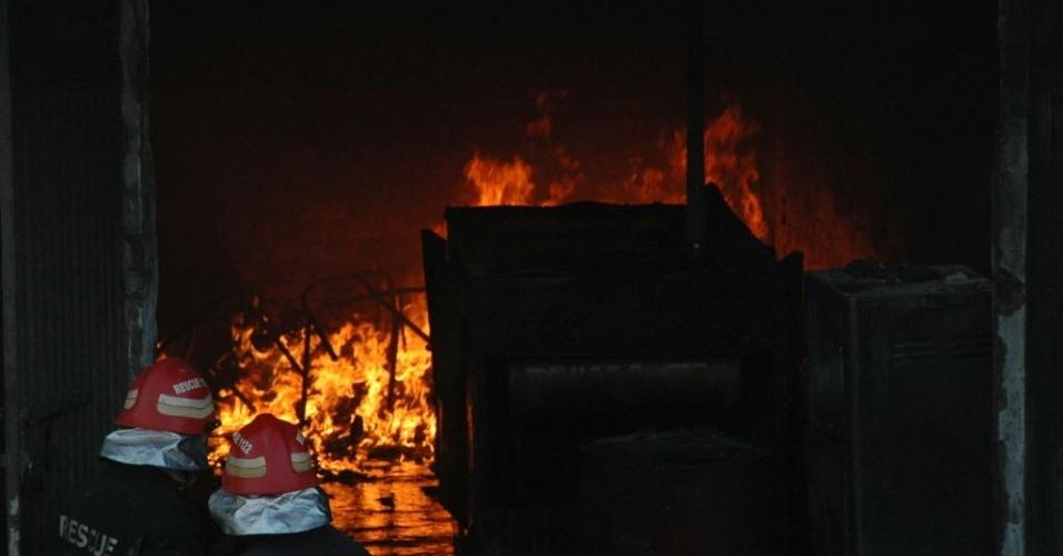 11.set.2012 - Bombeiros tentam controlar incêndio que atingiu fábrica de sapato em Lahore, no Paquistão. Ao menos 23 operários morreram, nesta terça-feira. Outro incêndio em uma indústria têxtil de Karachi matou mais 11 pessoas