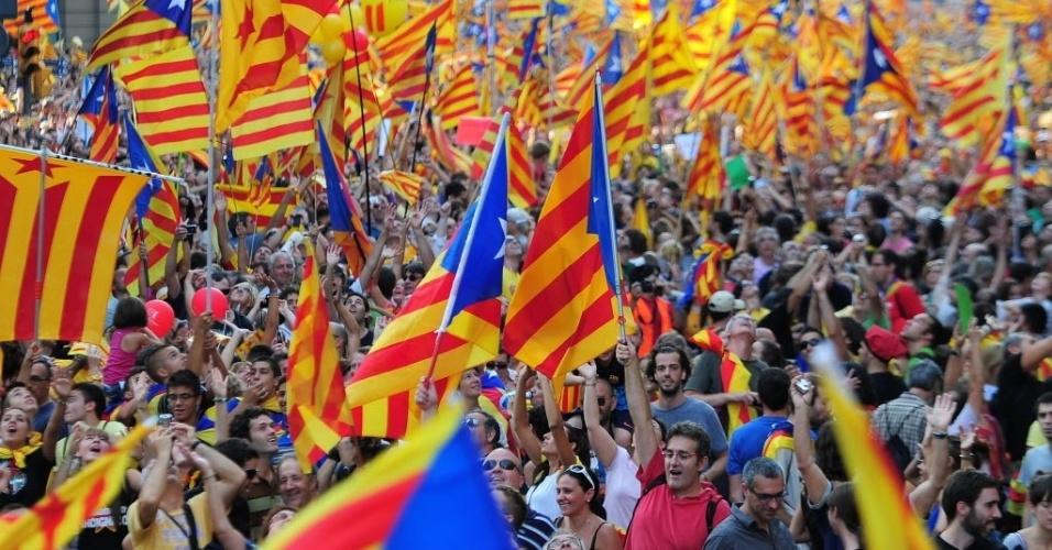 """11.set.2012 - Cerca de 1,5 milhão de pessoas reivindicaram que a Catalunha se torne independente da Espanha, durante manifestação  em Barcelona.  Os manifestantes acusam a nação espanhola de  arrastar a região para a  crise financeira por causa de  um sistema fiscal considerado """"injusto"""" por eles"""
