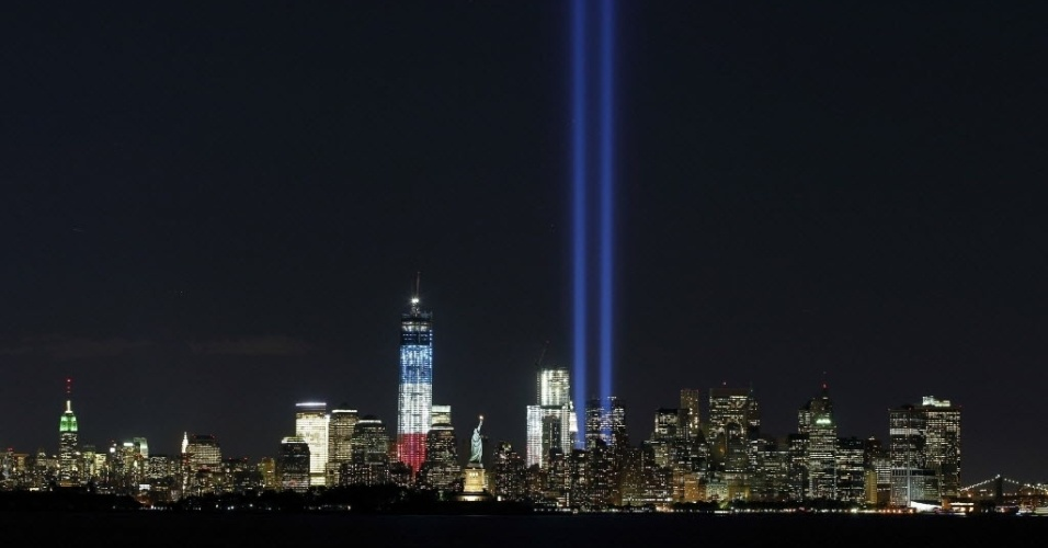 11.set.2012 - Dois potentes feixes de luz foram ligados na noite desta segunda-feira (10) perto da Estátua da Liberdade e do edifício One World Trade Center, em Nova York (EUA), para lembrar os 11 anos dos ataques terroristas contra o World Trade Center