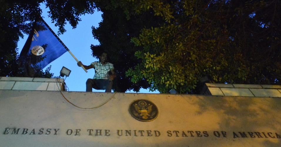 """11.set.2012 - Egípcios protestam na embaixada dos Estados Unidos no Cairo contra o filme """"O Julgamento de Maomé"""", recém-lançado nos EUA, considerado por eles ofensivo ao islã"""