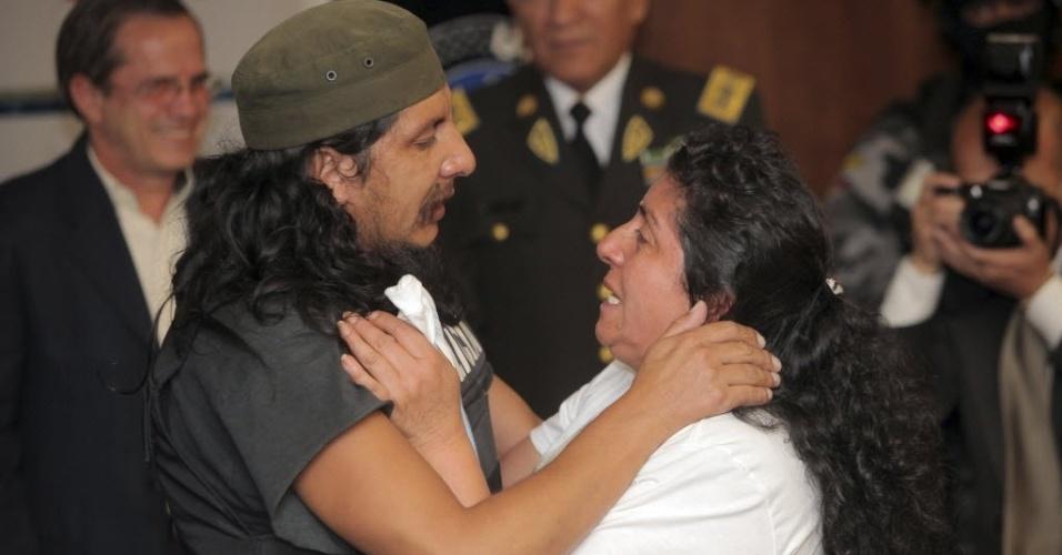 11.set.2012 - Empresário equatoriano Orlando Ibarra Sarmiento abraça sua mãe ao chegar em Quito, no Equador, nesta segunda-feira (10). O empresário conseguiu fugir de local onde era mantido em cativeiro há cerca de dois anos  pelo grupo guerrilheiro colombinano Exército de Libertação Nacional