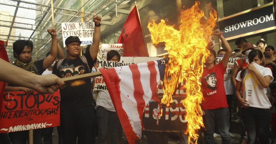11.set.2012 - Estudantes ateiam fogo a uma bandeira norte-americana nesta terça-feira (11), em frente à embaixada dos EUA em Manila, nas Filipinas. Eles protestam contra as práticas militares do país, que agravam a tensão entre as Filipinas e a China