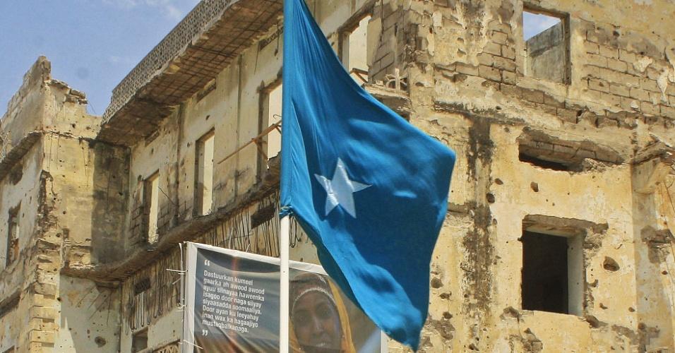 11.set.2012 - Homem tremula bandeira da Somália em comemoração ao recém-eleito presidente somali,  Hassan Sheikh Mohamud, em Mogadício