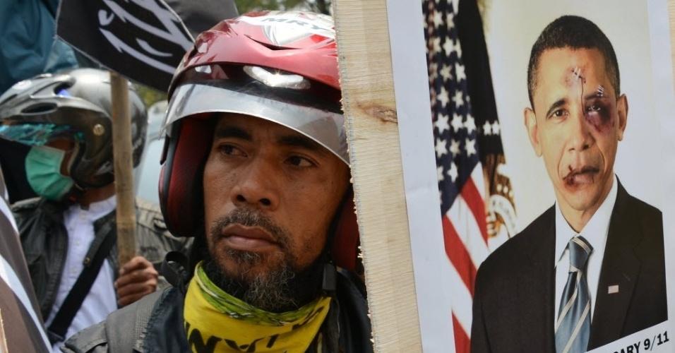 11.set.2012 - Indonésio segura placa com imagem do presidente dos Estados Unidos, Barack Obama, durante protesto em Jacarta contra o governo norte-americano nesta terça-feira (11) para marcar os 11 anos dos ataques terroristas ao World Trade Center