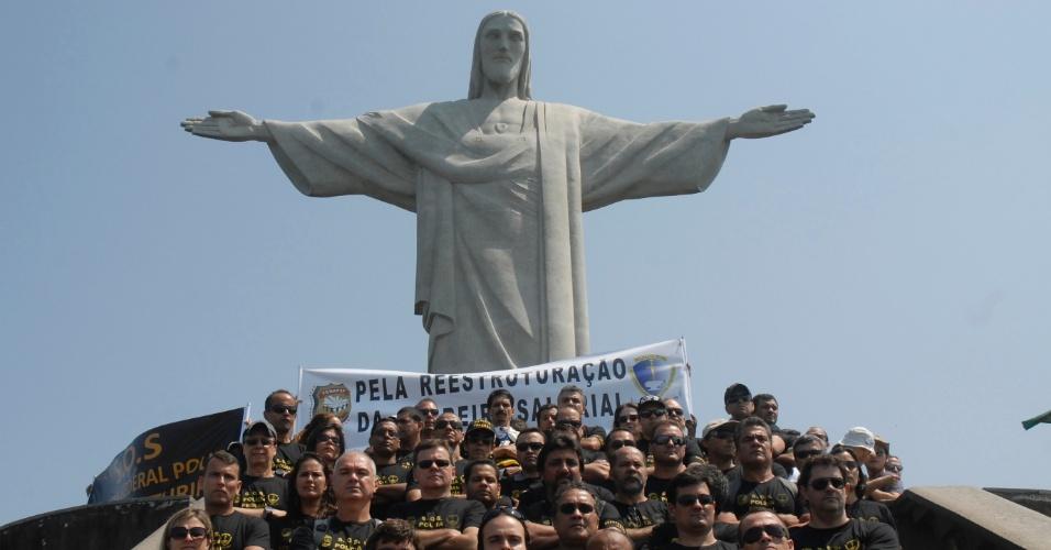 11.set.2012 - Integrantes da Polícia Federal, em greve há mais de um mês, fazem protesto no Cristo Redentor, no Rio de Janeiro. Eles reivindicam reestruturação salarial e de carreira, nesta terça-feira
