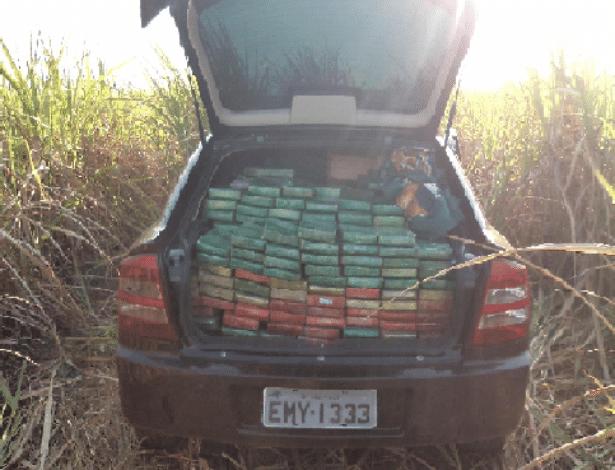 11.set.2012 - Mais de 1,6 tonelada de maconha foi apreendida pela polícia nesta segunda-feira (10) no município de Taciba, no interior de São Paulo. A droga estava em dois carros abandonados às margens da SP-421
