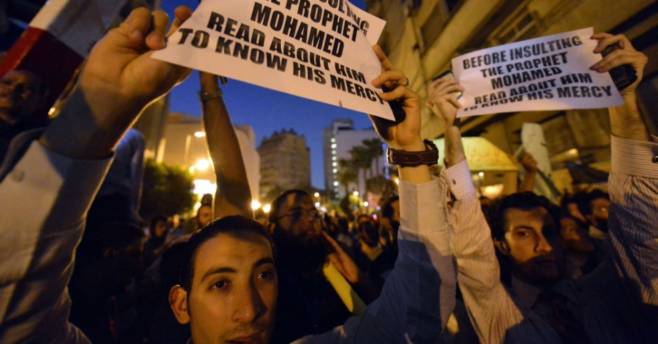 """11.set.2012 - Milhares de manifestantes egípcios, em sua maioria islâmicos salafitas, protestaram na embaixada dos Estados Unidos no Cairo contra o filme """"O Julgamento de Maomé"""", recém-lançado nos EUA, considerado por eles ofensivo ao islã"""