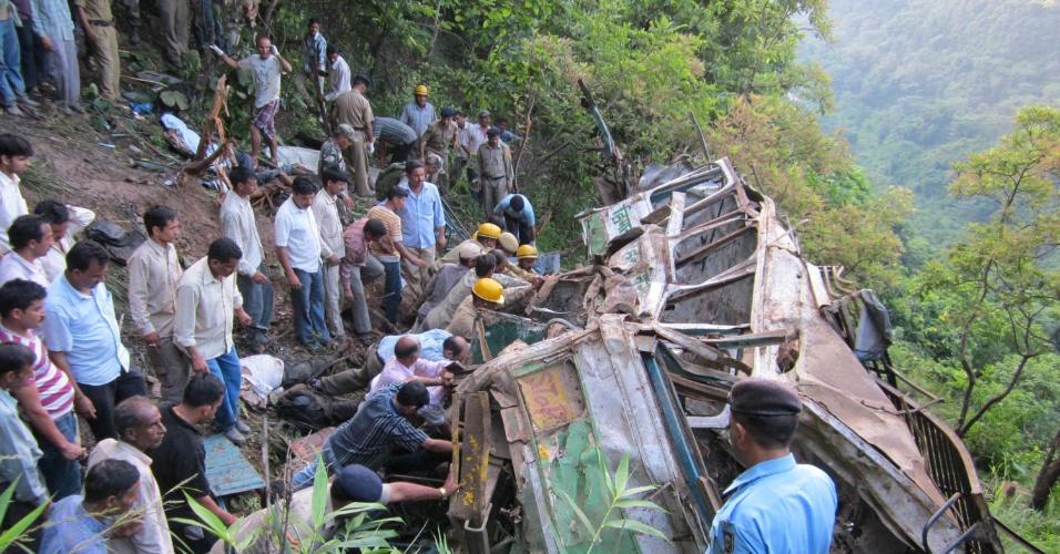 11.set.2012 - Moradores e policiais fazem trabalho de resgate após um ônibus tombar para fora da pista e cair em um desfiladeiro em Ashapuri, cerca de 60 km de Dharamsala, na Índia. Ao menos 28 pessoas morreram no acidente