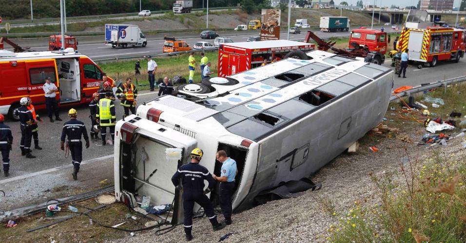 11.set.2012 - Policiais e bombeiros trabalham nesta terça-feira (11) em local onde um ônibus polonês se acidentou em Sausheim, perto da localidade francesa de Mulhouse. Ao menos três pessoas morreram e mais de trinta ficaram feridas no acidente