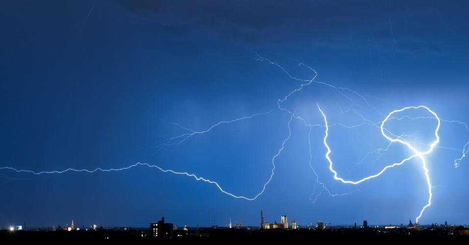 11.set.2012 - Raio ilumina o céu de Munique, na Alemanha