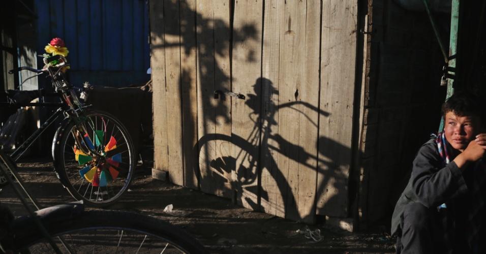 """11.set.2012 - Um jovem trabalha como mecânico de bicicletas em Bamian, no Afeganistão. Ainda que o país tenha cerca de US$ 1 trilhão em recursos naturais - incluindo petróleo, ouro e cobre - para ser explorado, os afegãos dizem que a """"esperança de autossuficiência é temperada por preocupações sobre a corrupção e a segurança"""""""