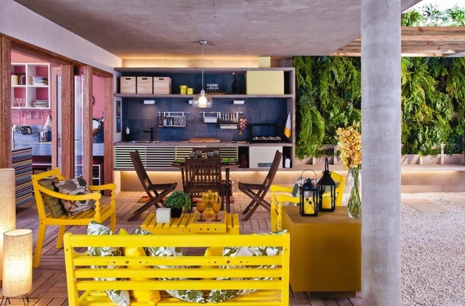 A varanda de lazer é integrada à sala de jantar, de estar e à cozinha. No espaço, foi construída uma bancada de concreto aparente com churrasqueira e pia. A casa projetada pelo arquiteto Gustavo Calazans está em exposição na 1ª Mostra Casa Leroy Merlin, em São Paulo