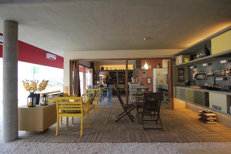 banco de jardim leroy:varanda de lazer é integrada à sala de jantar, de estar e à