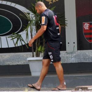 Adriano caminha pelo Ninho do Urubu durante dia de treinamento em tempo integral no Flamengo