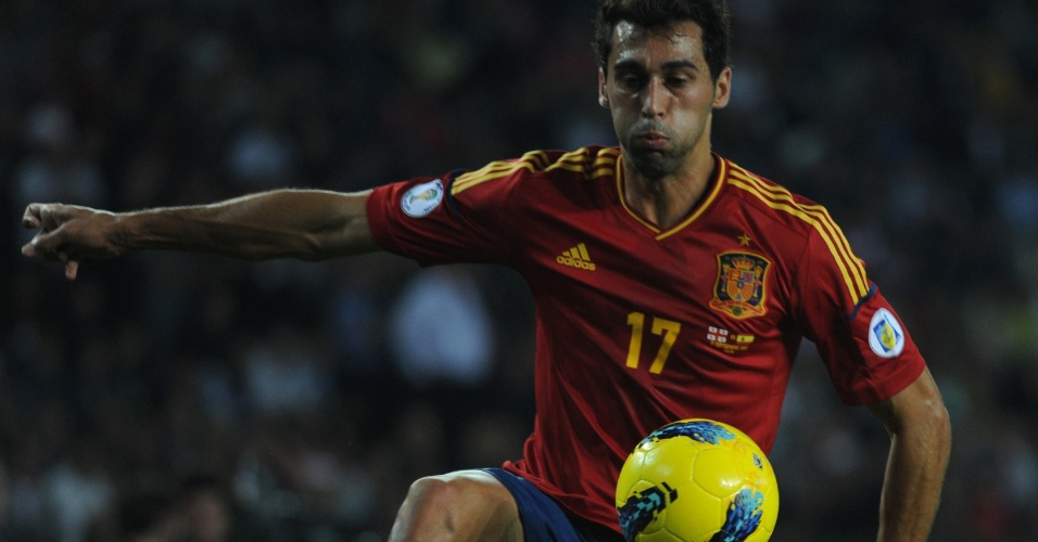 Alvaro Arbeloa, lateral da Espanha, se esfor&#231;a para dominar a bola no confronto ante a Ge&#243;rgia em Tbilisi
