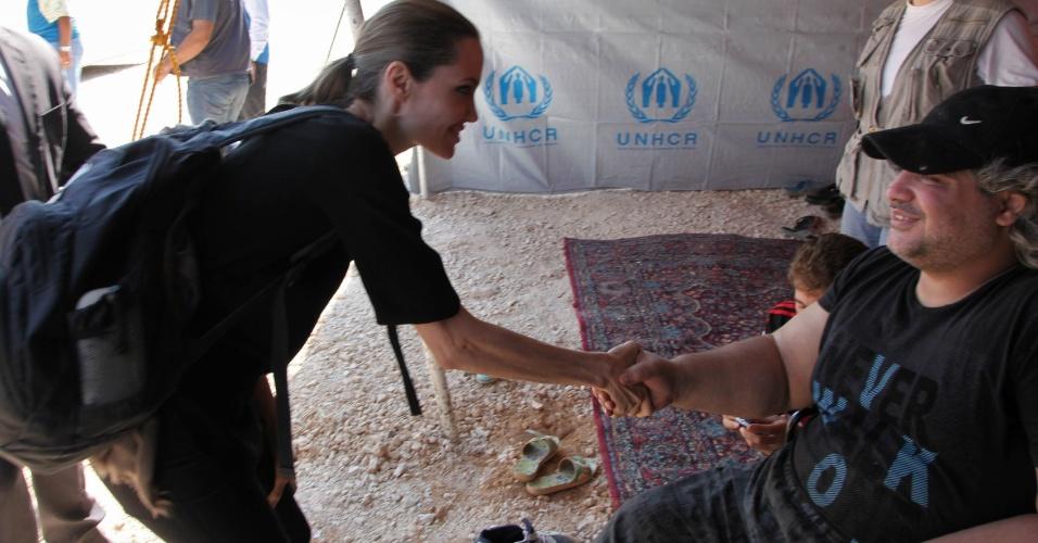 Angelina Jolie visita refugiados da Síria que conseguiram atravessar a fronteira com a Jordânia (11/9/12)