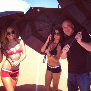 Arianny Celeste, Brittney Palmer e Dana White posam juntos durante gravao do desafio de tcnicos do TUF