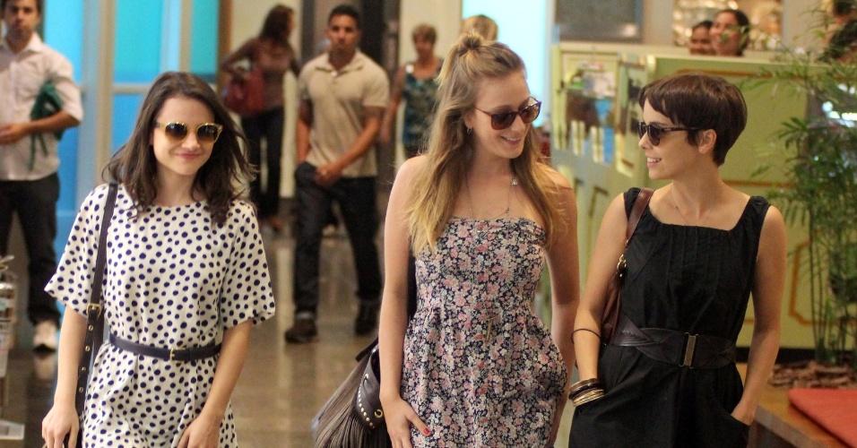 As atrizes Bianca Comparato, Carol Abras e Débora Falabella passearam em um shopping da zona sul do Rio (11/9/12)