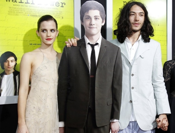 """Com a ausência de Logan Lerman na pré-estreia do filme """"As Vantagens de Ser Invisível"""", que aconteceu nesta segunda (10) em Los Angeles, Emma Watson e Ezra Miller resolveram levar um boneco de papel do ator ao tapete vermelho (10/9/12)"""