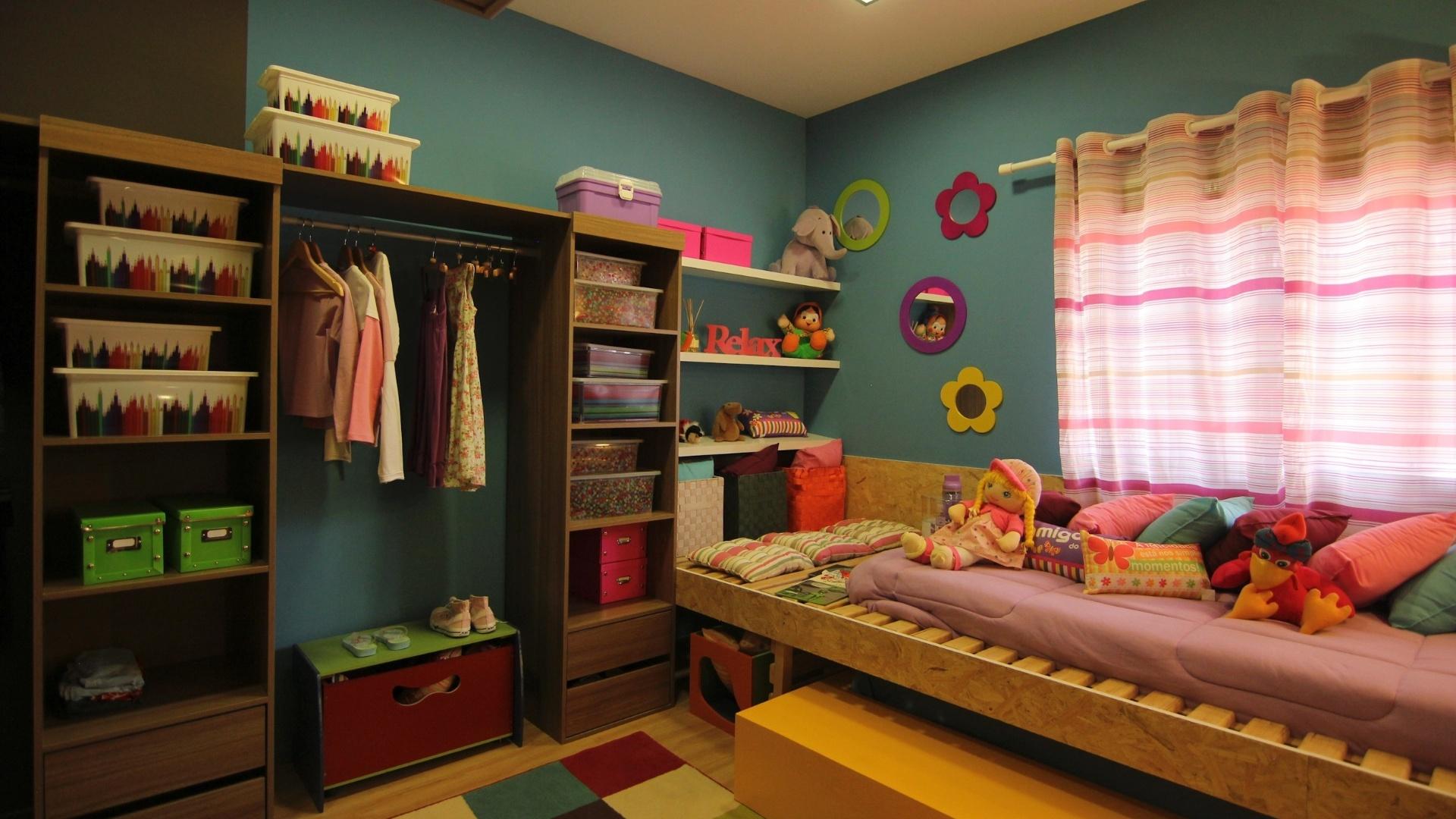 como a casa e pequena e dois filhos dividem o mesmo quarto o arquiteto #A46A27 1920 1080