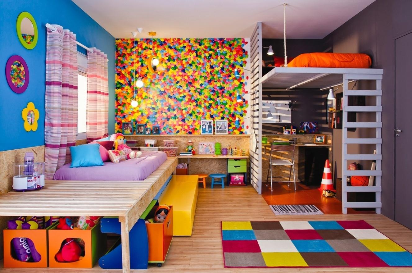 Como a casa é pequena e dois filhos dividem o mesmo quarto, o arquiteto propõe uma decoração em dois estilos. Para definir e separar as áreas, a paleta de cores é fundamental. A casa projetada por Gustavo Calazans está em exposição na 1ª Mostra Casa Leroy Merlin, em São Paulo