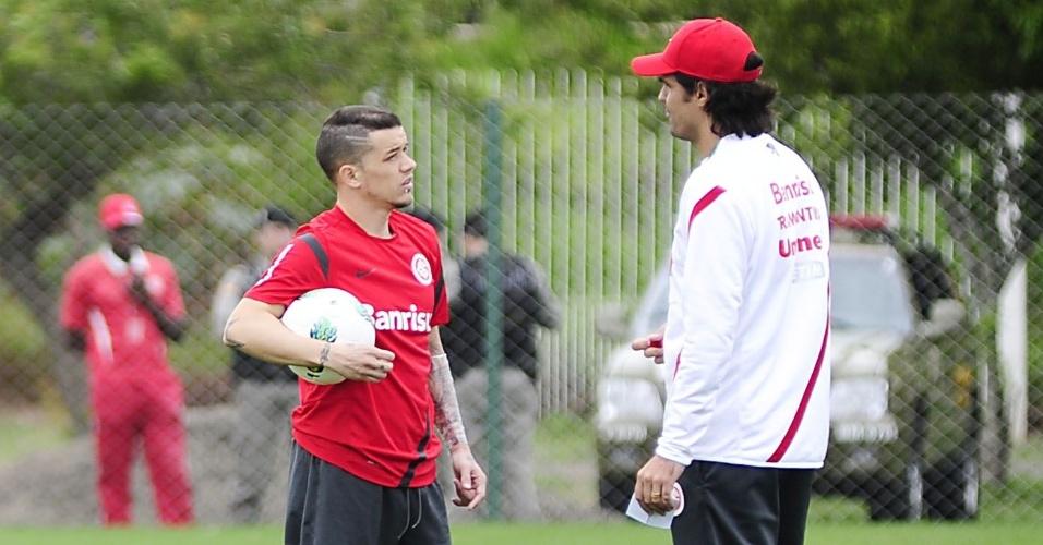 D'Alessandro conversa com Fernandão durante treino do Internacional (11/09/12)