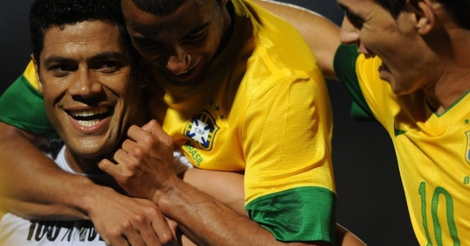 Hulk, atacante da seleção, comemora com companheiros seu gol em amistoso Brasil x China (10/08/2012)