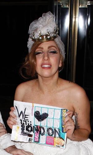 Lady Gaga chega à uma festa vestida de noiva, com uma coroa na cabeça. A cantora passou a noite acompanhada de Jay-Z e Rihanna (10/9/12)