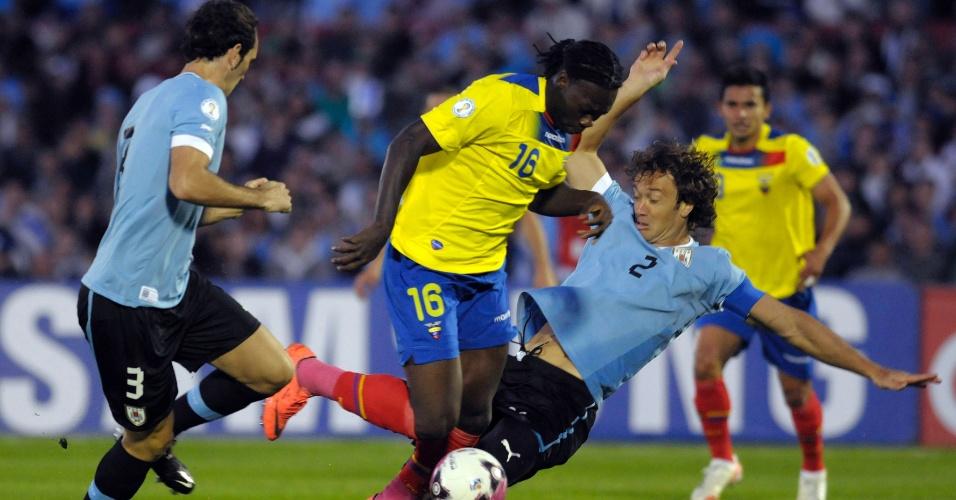 Lugano (d) comete pênalti em Caicedo durante eliminatórias da Copa-2014